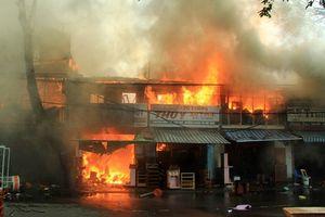Hỏa hoạn thiêu rụi 2 tàu cá đang neo đậu và 3 nhà dân gần đó