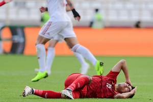 Tiền vệ Đức Huy bị mất trí nhớ tạm thời sau cú va chạm mạnh với cầu thủ Iran