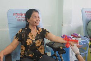 Vào Sài Gòn thăm cháu, ghé vào hiến máu luôn