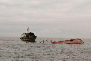 Tàu cá bị phá nước rồi chìm trên biển, hai ngư dân mất tích
