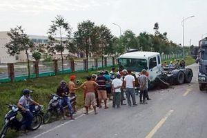 Hiệu trưởng bị thương nặng sau khi container tông gần cổng trường