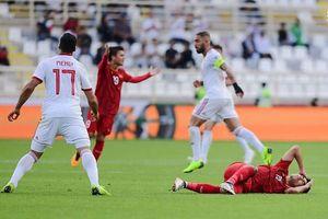 NÓNG: Va chạm với cầu thủ Iran, Đức Huy mất trí nhớ tạm thời