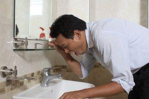 Cảnh báo thói quen móc họng nôn sau khi uống rượu giúp nâng tửu lượng