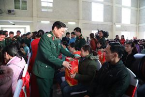 Đại tướng Ngô Xuân Lịch tặng quà CNLĐ có hoàn cảnh khó khăn