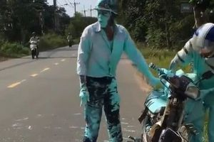 'Cười ngặt nghẽo' người đàn ông tắm sơn sau ngã xe