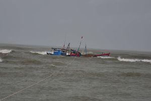 Cứu sống 8 ngư dân trên tàu cá bị chìm ở vùng biển Kê Gà