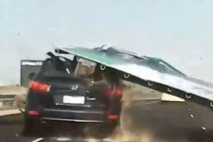 Đang đi trên cao tốc, Hyundai Santa Fe bị biển hiệu đè trúng đầu