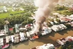 Kiên Giang: Lửa cháy dữ dội thiệu rụi 2 tàu cá, 3 nhà dân