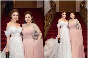 Kim Thanh Thảo diện đầm hồng pastel cùng HH Gia Hòa nổi bật trên thảm đỏ Mai Vàng