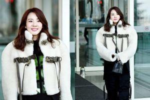 Dara như đánh đố fan với set đồ dây dợ khó hiểu tại sân bay