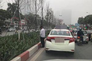 Hành động phản cảm của tài xế taxi khi đứng chờ tắc đường khiến dân mạng bức xúc