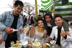 Xôn xao đám cưới 'khủng' tại Nam Định: Cô dâu đeo vàng trĩu cổ, xuất hiện nhiều siêu xe đón dâu