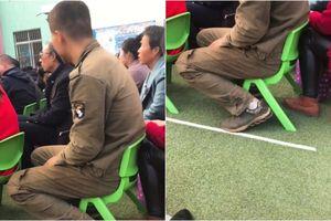 Cảm động hình ảnh người cha quần áo dính đầy bụi bẩn tới trường họp phụ huynh cho con