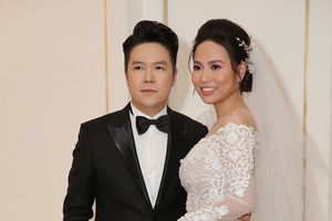 Giờ G đã điểm: Lê Hiếu và cô dâu Thu Trang rạng ngời hạnh phúc xuất hiện trong hôn lễ