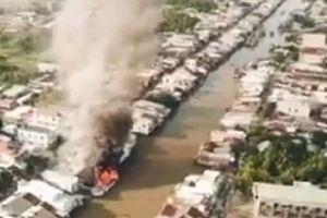 Một tàu đánh cá neo sát bờ bị cháy, lửa lan sang 3 nhà dân
