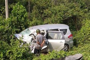 Kiên Giang: Xe đầu kéo tông ô tô của hiệu trưởng văng xuống mương bẹp dúm