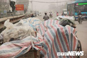 Quốc lộ biến thành bãi rác khổng lồ, khói bay mù mịt, khét lẹt khiến dân Thủ đô phát hoảng