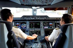 Cơ trưởng Vietnam Airlines bị điều tra vì buôn lậu 120 chai nước hoa Chanel cùng 3 ĐTDĐ... từ Pháp về Việt Nam