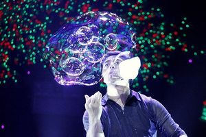 'Huyền thoại bong bóng' Fan Yang biểu diễn tại Hà nội