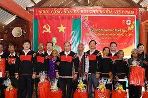 Thủ tướng trao quà Tết cho đồng bào dân tộc Đắk Nông