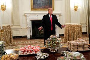 Không tiền trả lương đầu bếp, Tổng thống Trump đãi khách món gì?