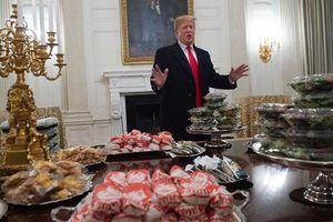 Chính phủ đóng cửa, ông Trump phải tự bỏ tiền túi mua đồ ăn đãi đội bóng