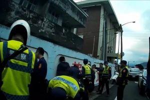 11 người Việt không giấy tờ, trốn trong xe tải bị cảnh sát bắt