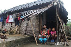 Cảm thương người mẹ bệnh tật nuôi 3 con nhỏ có nguy cơ thất học
