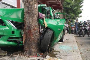 Taxi mất kiểm soát, va chạm hai xe ô tô rồi lao lên vỉa hè tông vào nhà chờ xe buýt
