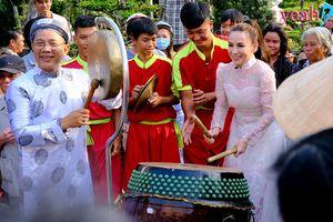 Phi Nhung đánh trống múa lân, gói hàng trăm phần quà từ thiện cho bà con miền tây