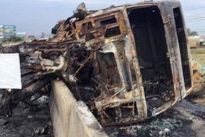 Xe đầu kéo húc văng dải phân cách, bốc cháy dữ dội trên QL1