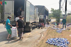 Người dân gom hàng trăm thùng bia rơi xuống đường giúp tài xế xe tải