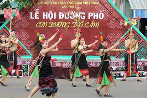 Tưng bừng Lễ hội đường phố tôn vinh thổ cẩm Tây Nguyên