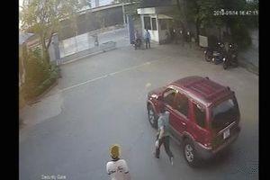 Vừa đóng cửa xe, tài xế 'tái mặt' khi thấy ô tô không người lái bỗng lao vút đi