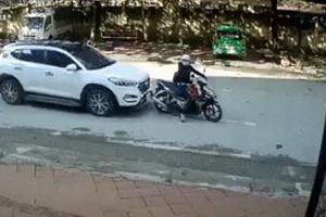Dừng chờ đèn đỏ, người phụ nữ cùng con nhỏ bị ô tô đâm văng xa vài mét
