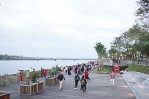 Sông Hương có cầu đi bộ bằng gỗ lim