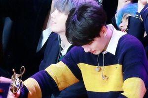 Em út BTS kiệt sức, nằm gục tại lễ trao giải âm nhạc
