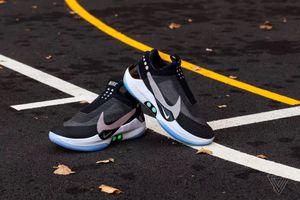 Nike ra mắt giày tự buộc dây, điều khiển qua smartphone