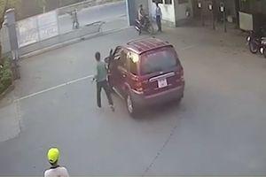 Vừa đóng cửa xe, tài xế giật mình khi thấy ôtô lao vút ra đường