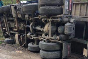 Xe container hỏng phanh lao dốc lật trơ bụng, tài xế nguy kịch