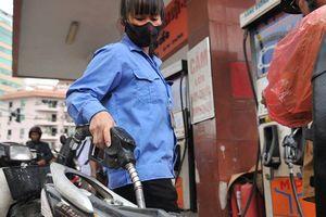 Chi 'mạnh tay' quỹ bình ổn gần Tết, giá xăng dầu đứng yên