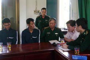 Tàu cá ngư dân Bình Định cứu 2 người Philippines bị chìm tàu