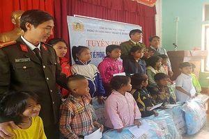Tặng hàng trăm suất quà cho học sinh vùng biên giới A Lưới