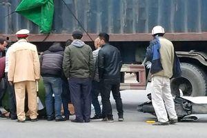 Đôi nam nữ đi xe SH tử vong dưới gầm container sau va chạm