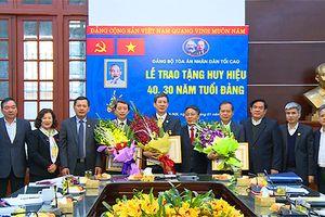 Đảng ủy TANDTC trao tặng Huy hiệu 30, 40 năm tuổi Đảng cho 3 đảng viên