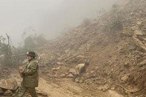 Hà Tĩnh: Sạt lở đất đá nghiêm trọng, Quốc lộ 8A ách tắc nhiều giờ liền