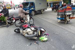 Xe tải va chạm với xe máy giữa ngã tư, người phụ nữ nguy kịch