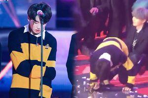 Fan xót xa khoảnh khắc Jungkook (BTS) kiệt sức gục ngã khi vừa xuống sân khấu