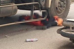 Va chạm với xe đạp ngã xuống đường, cô gái trẻ bị xe tải cán tử vong