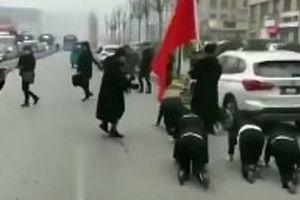 Nữ nhân viên bán mỹ phẩm bị phạt bò trên phố gây sốc và phẫn nộ